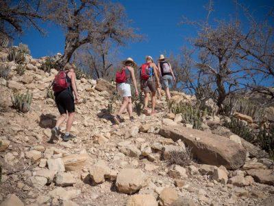 women-aourir-hiking